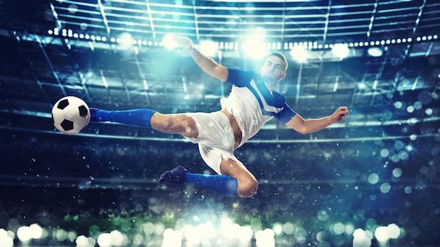 Fußballstürmer schlägt den ball mit einem akrobatischen tritt in die luft im stadion