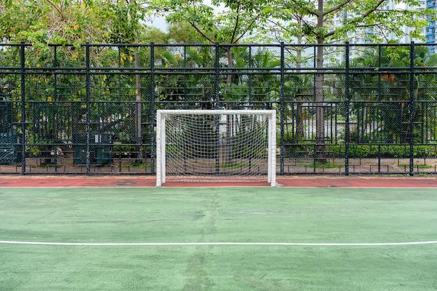 Fußballtor mit netz im grünen gummifeld