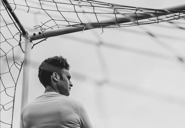 Fußballtorhüter, der auf den beginn des spiels wartet