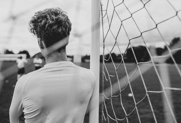 Fußballtorwart wartet auf spielbeginn
