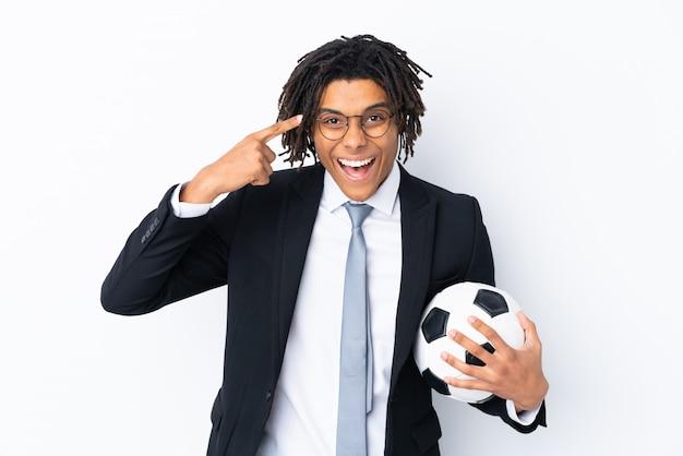 Fußballtrainer über der lokalisierten weißen wand, die beabsichtigt, die lösung zu verwirklichen