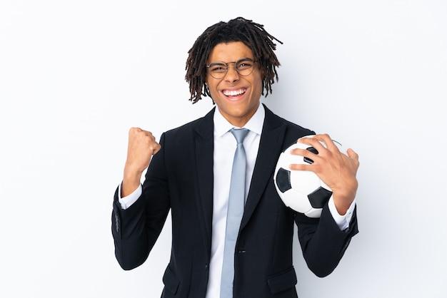 Fußballtrainer über der lokalisierten weißen wand, die einen sieg feiert
