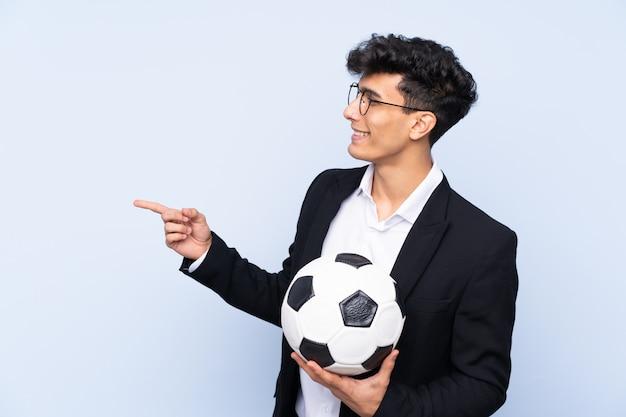 Fußballtrainermann über lokalisierter wand