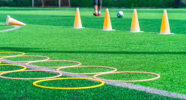 Fußballtraining auf grünem fußballplatz im freien