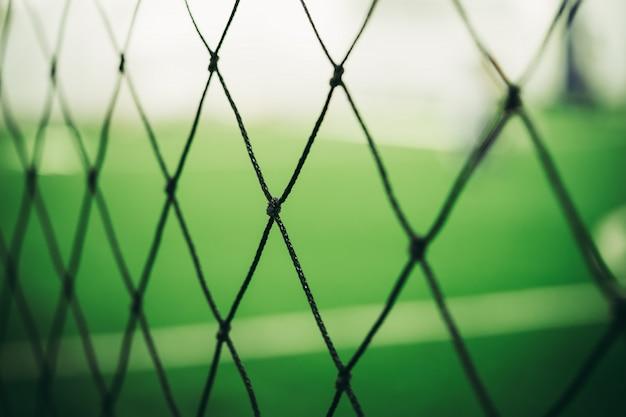 Fußballtrainingsnetzunschärfe auf trainingsplatz mit kindern