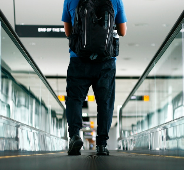 Fußgänger, der mit lauter bewegungsunschärfe geht