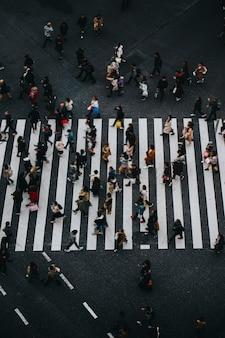 Fußgänger überqueren einen zebrastreifen in shibuya, japan