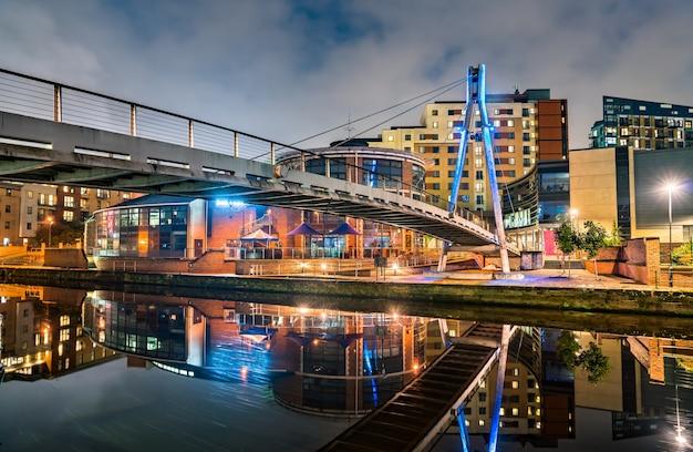 Fußgängerbrücke über den aire river in west yorkshire, england