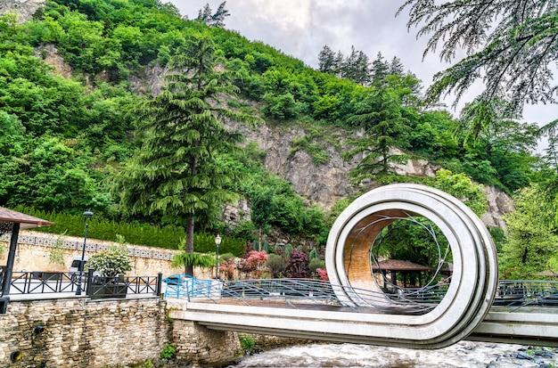 Fußgängerbrücke über den fluss borjomula in borjomi, einem ferienort im südlichen zentralgeorgien
