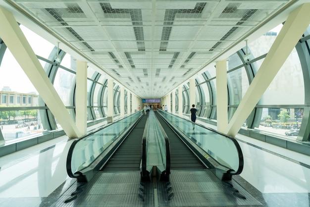 Fußgängerpassage und rolltreppe im einkaufszentrum