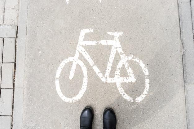 Fußgängerschuhe auf dem gehweg für radfahrer.