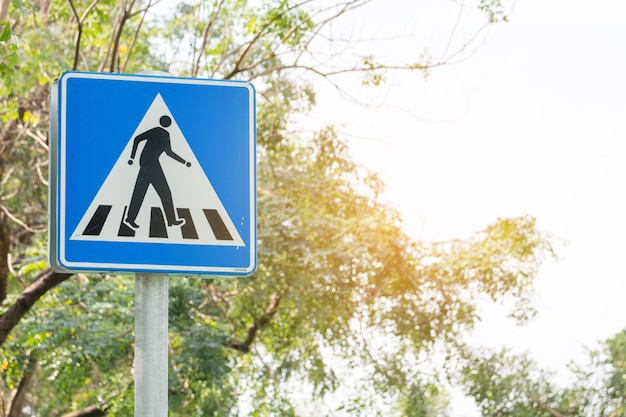 Fußgängerübergang verkehrszeichen pol