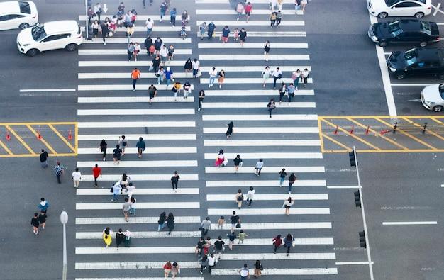 Fußgängerüberweg und draufsicht der leute