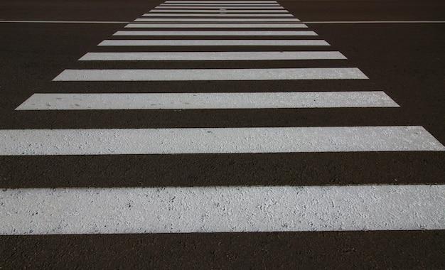 Fußgängerüberweg-zebrastreifen-nahaufnahme der schwarzen und weißen streifen