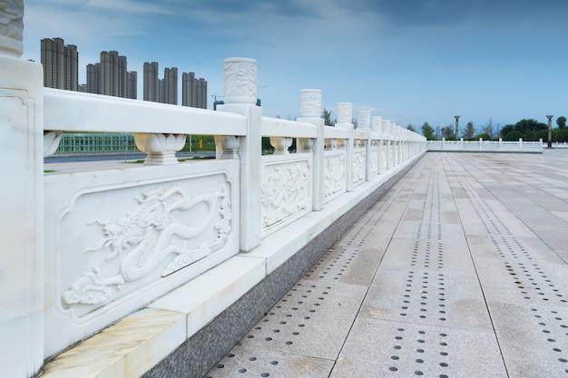 Fußgängerzone auf der autobrücke mit leitplanken