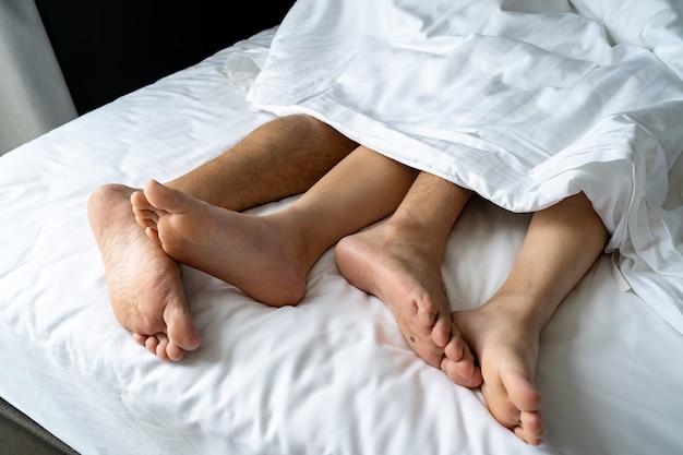Fußmann und -mädchen werden auf dem bett, paarbettgeschichte müde