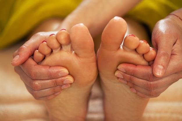 Fußmassage für eine frau in einem spa