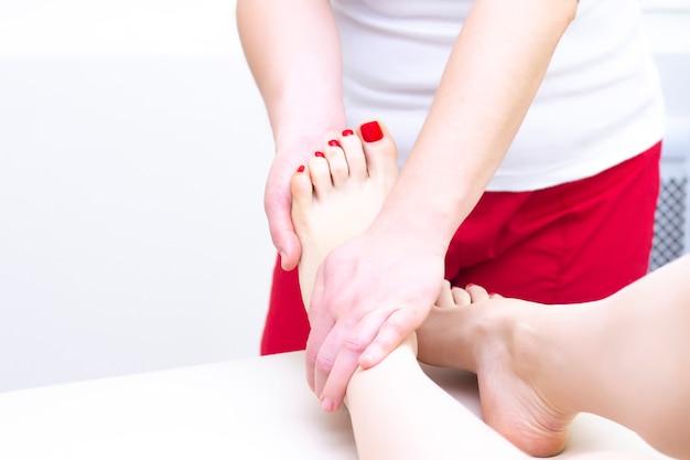Fußmassage im spa-salon, nahaufnahme. fußmassage entspannen hautpflege.