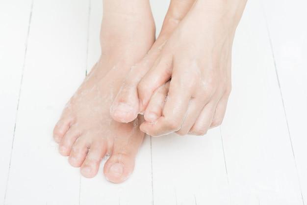Fußpflege und hautpflege mit seife
