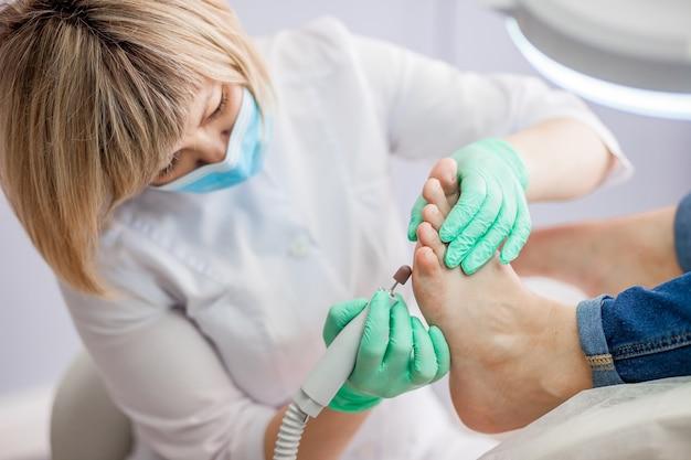Fußpfleger, der füße und nägel behandelt