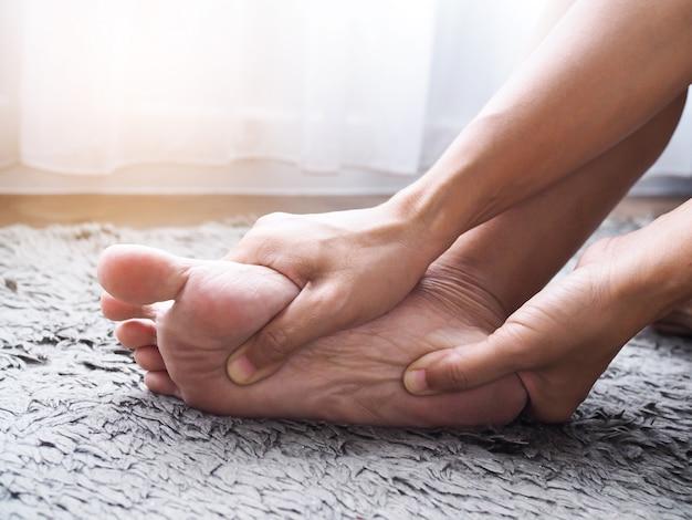 Fußverletzung verwenden sie eine handmassage an den füßen, um die muskeln von fersenschmerzen zu befreien