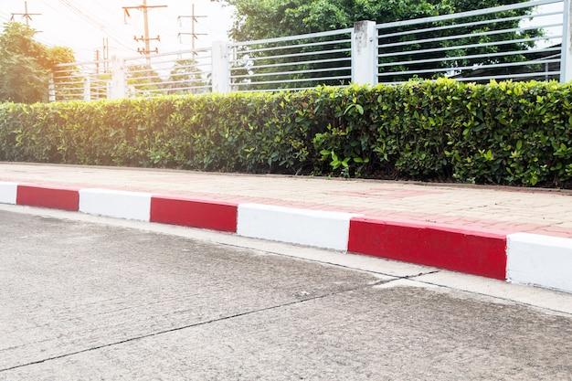 Fußweg und verkehrszeichen auf straße im industriegebiet