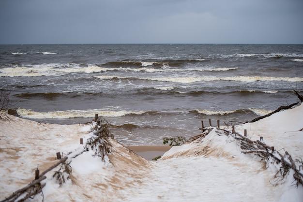 Fußweg zwischen den dünen der ostsee in saulkrasti in lettland