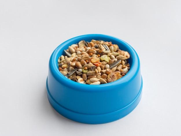 Futter in einer schüssel für hamster, papageien, ratten und mäuse