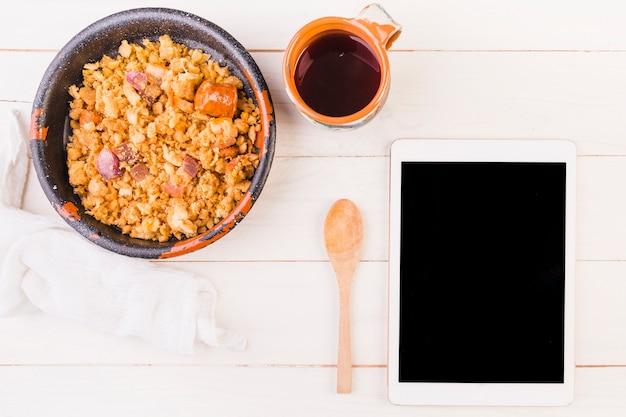 Futternapf und tablette auf küchentisch