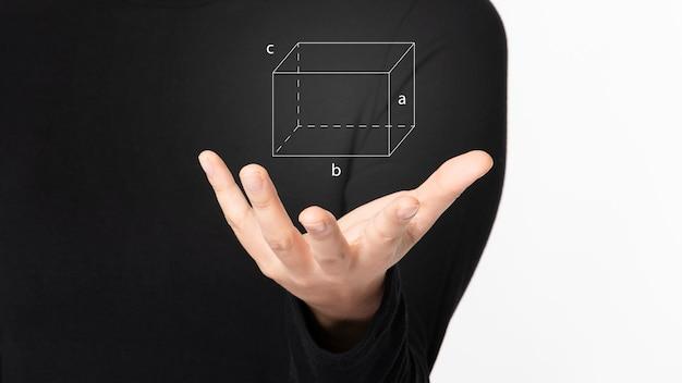 Futuristische digitale präsentation im zusammenhang mit mathematik von frau im schwarzen hemd