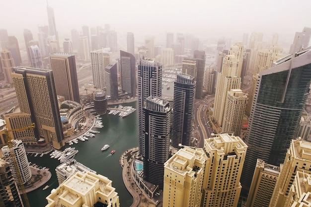 Futuristische luftaufnahme von wohnwolkenkratzern im dubai-jachthafenweg. dubai