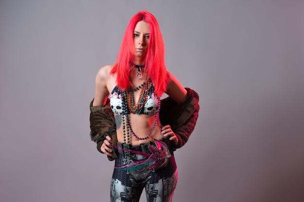 Futuristische mode eine junge helle und attraktive frau mit rosa haaren