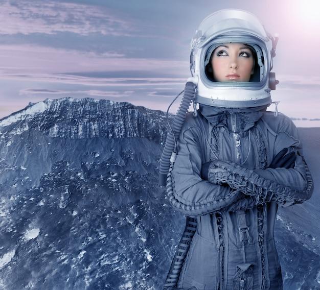 Futuristische mondraumplaneten der astronautenfrau
