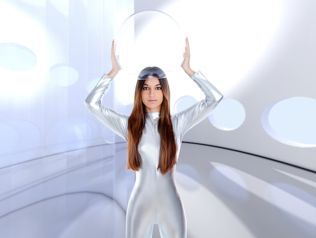 Futuristischer silberner frauenglashelm des astronauten
