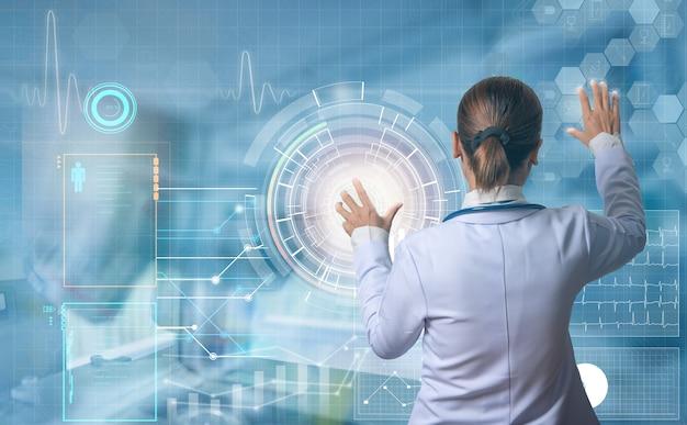 Futuristisches medizinisches konzept moderner arzt, der den digitalen bildschirm berührt, um patienteninformationen zu sehen