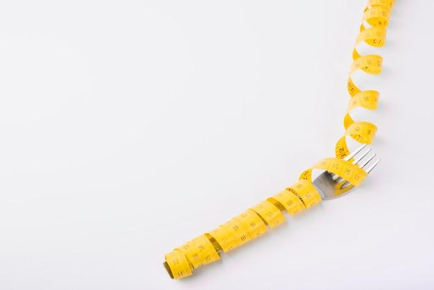 Gabel in gelbem maßband