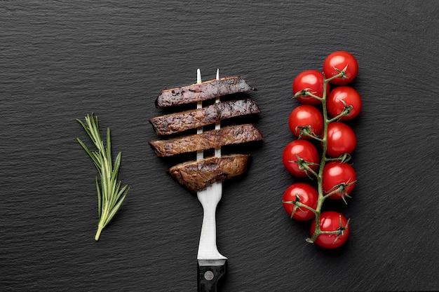 Gabel mit gekochtem fleisch