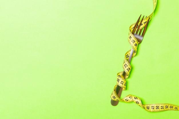 Gabel mit maßband auf grün gewickelt
