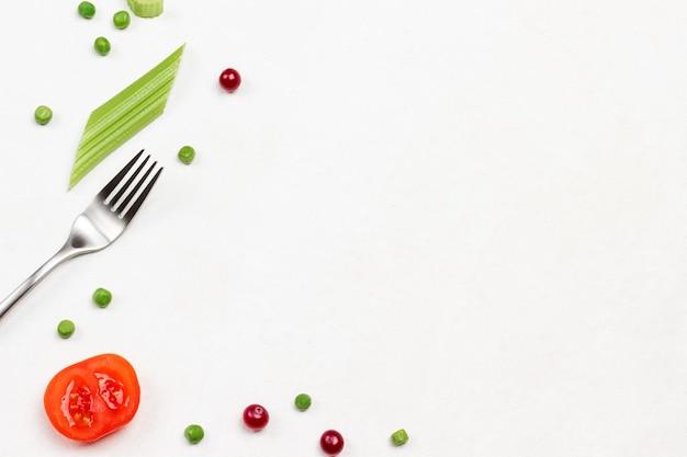 Gabel tomaten cranberry und sellerie stängel auf weißem hintergrund Premium Fotos