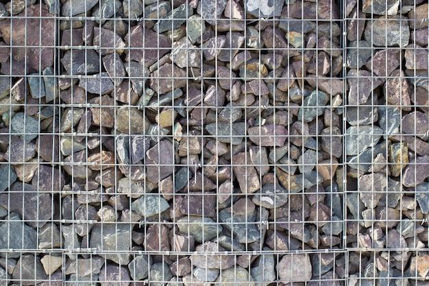 Gabionen-felswand, steine im stahldrahtkäfig, dekorationsfelsenwürfel im garten