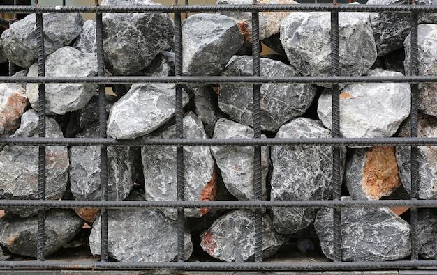 Gabionenwand, stein mit stahlstange