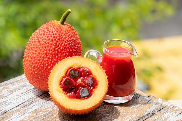 Gac früchte und saft natürlicher hintergrund.
