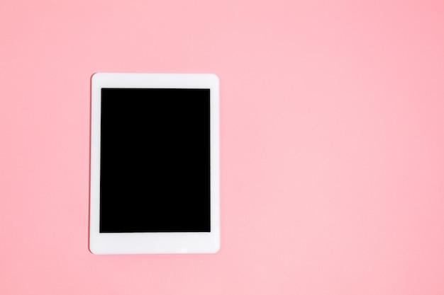 Gadgets, gerät in der draufsicht, leerer bildschirm mit kopienraum, minimalistischer stil. technologien, modern, marketing. negativer platz für anzeige. korallen an der wand. stilvoll, trendig. arbeitsplatz für produktivität.