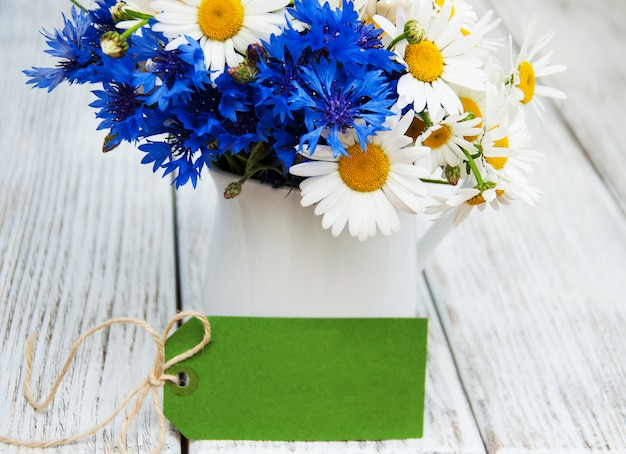 Gänseblümchen und kornblumen in der vase