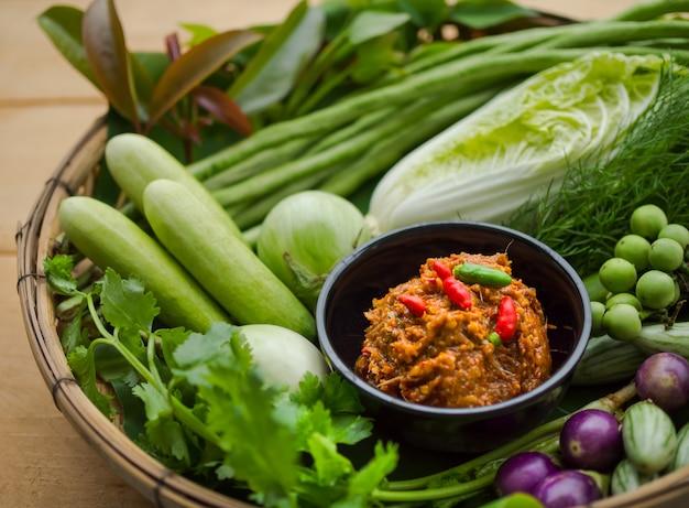 Gäriger fisch würziger dip mit frischem gemüse. thailändisches lebensmittelkonzept.