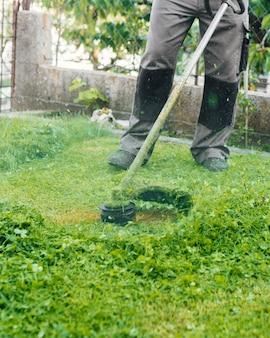 Gärtner, der das gras mäht