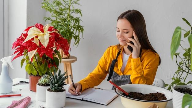 Gärtner telefoniert mit einem kunden