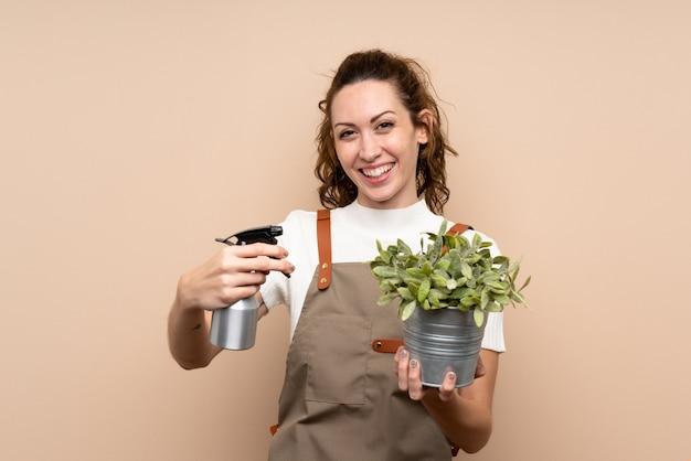 Gärtnerfrau, die eine anlage anhält