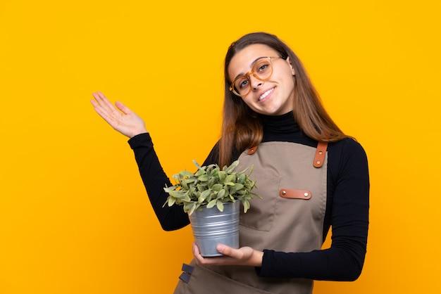 Gärtnermädchen über lokalisierter gelber wand
