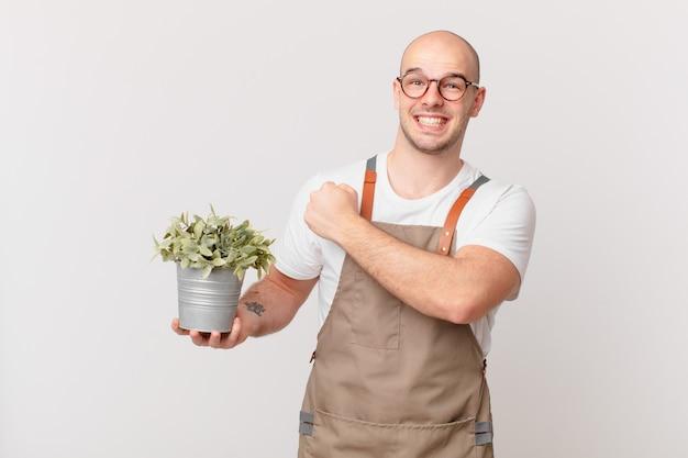Gärtnermann, der sich glücklich, positiv und erfolgreich fühlt, motiviert, wenn er sich einer herausforderung stellt oder gute ergebnisse feiert